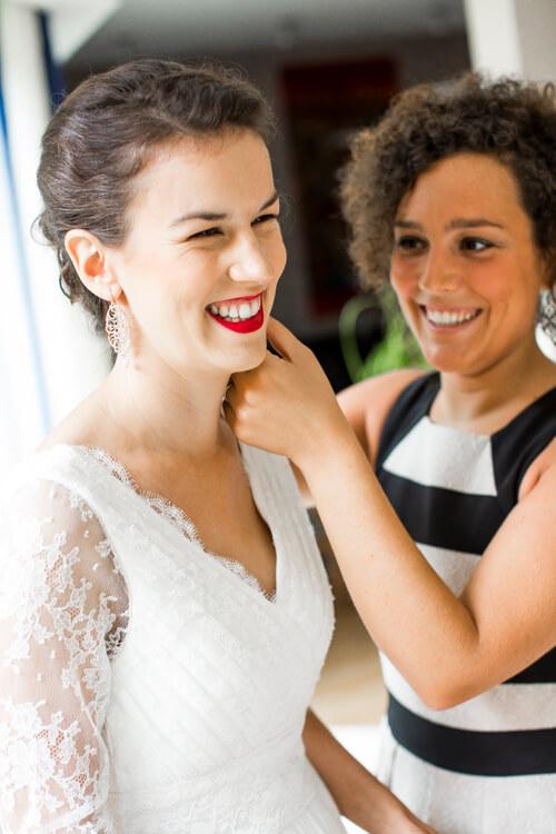 Maquillage de mariée avec rouge à lèvres rouge