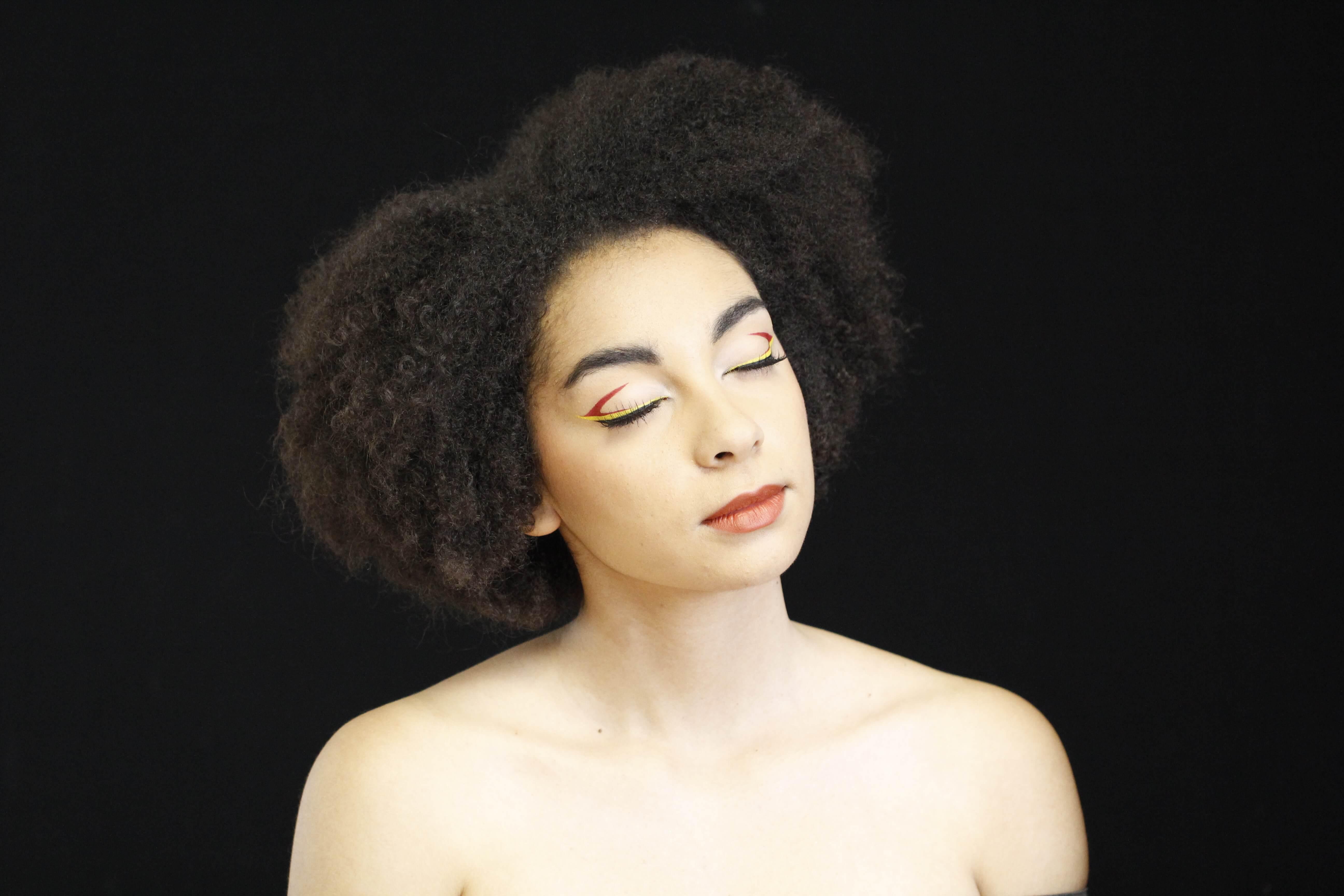 Maquillage beauté et Liner graphique noir jaune rouge