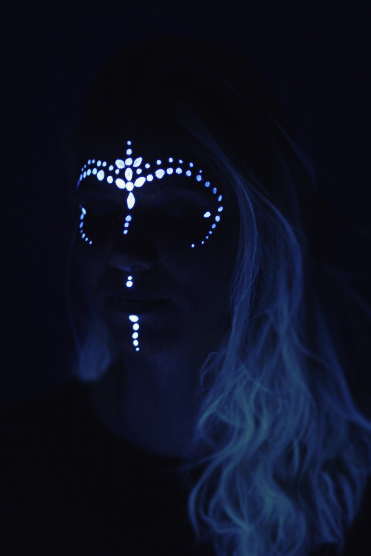 Maquillage réalisé au fard à l'eau fluorescent, idéal pour les soirées fluo
