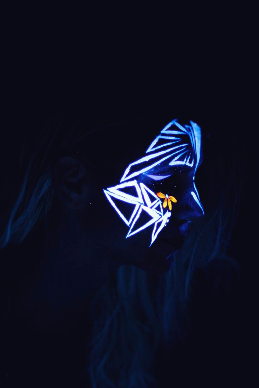 Maquillage géométrique et fluorescent pour soirée fluo