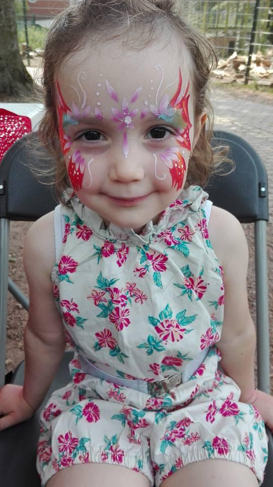 Petite fille avec un grimage de papillon pour la fête du parc de Wolluwe-Saint-Lambert