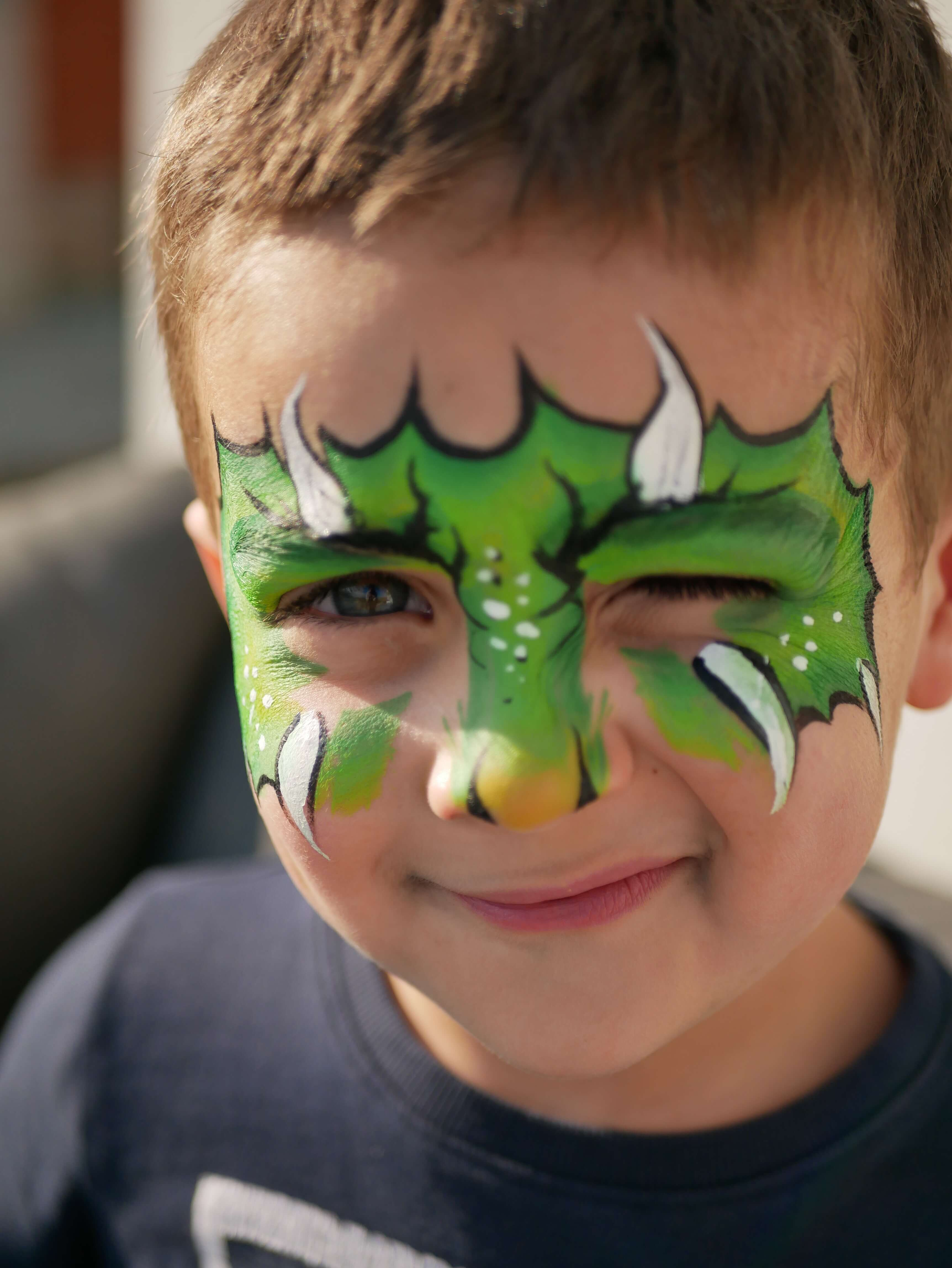 Petit garçon maquillé en Dragon