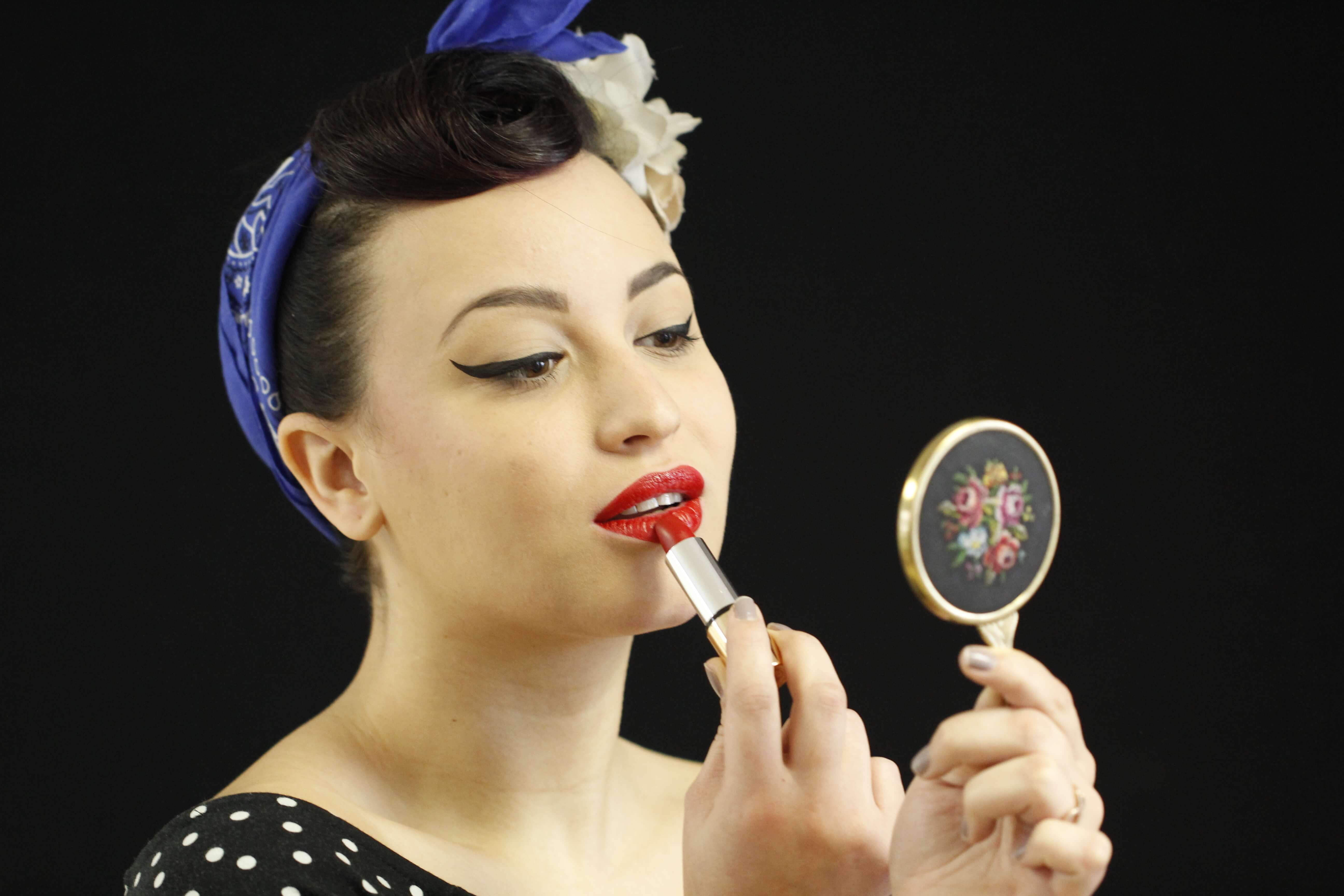 Maquillage et coiffure style Pin Up