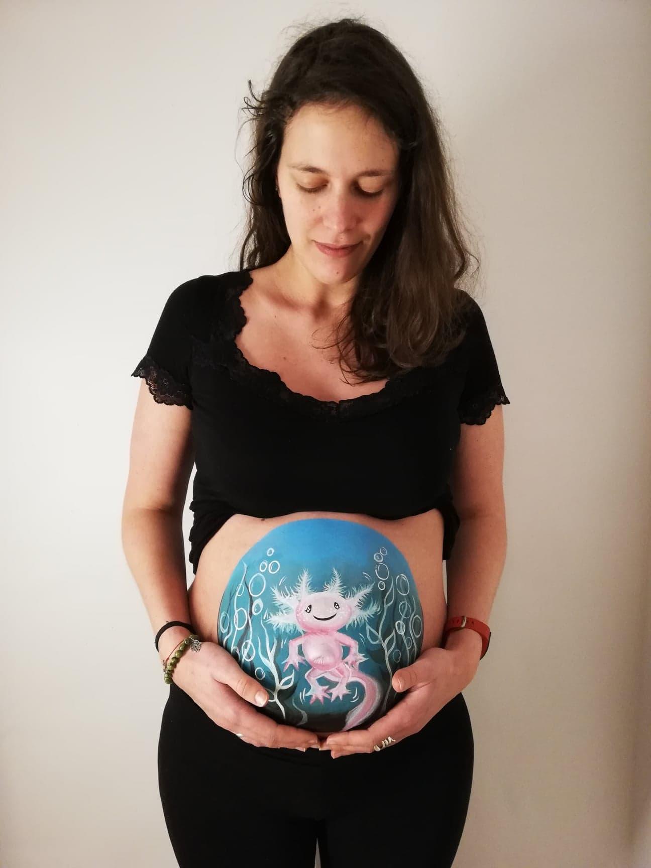 Bellypainting personnalisé avec un axolotl peint à 5 mois de grossesse