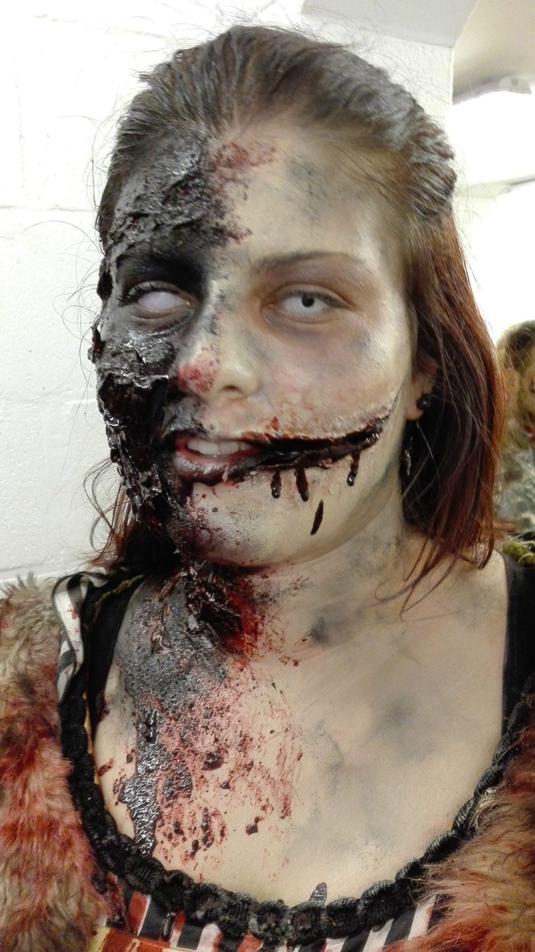 Maquillage de zombie pour Halloween, visage arraché et sourire de l'ange