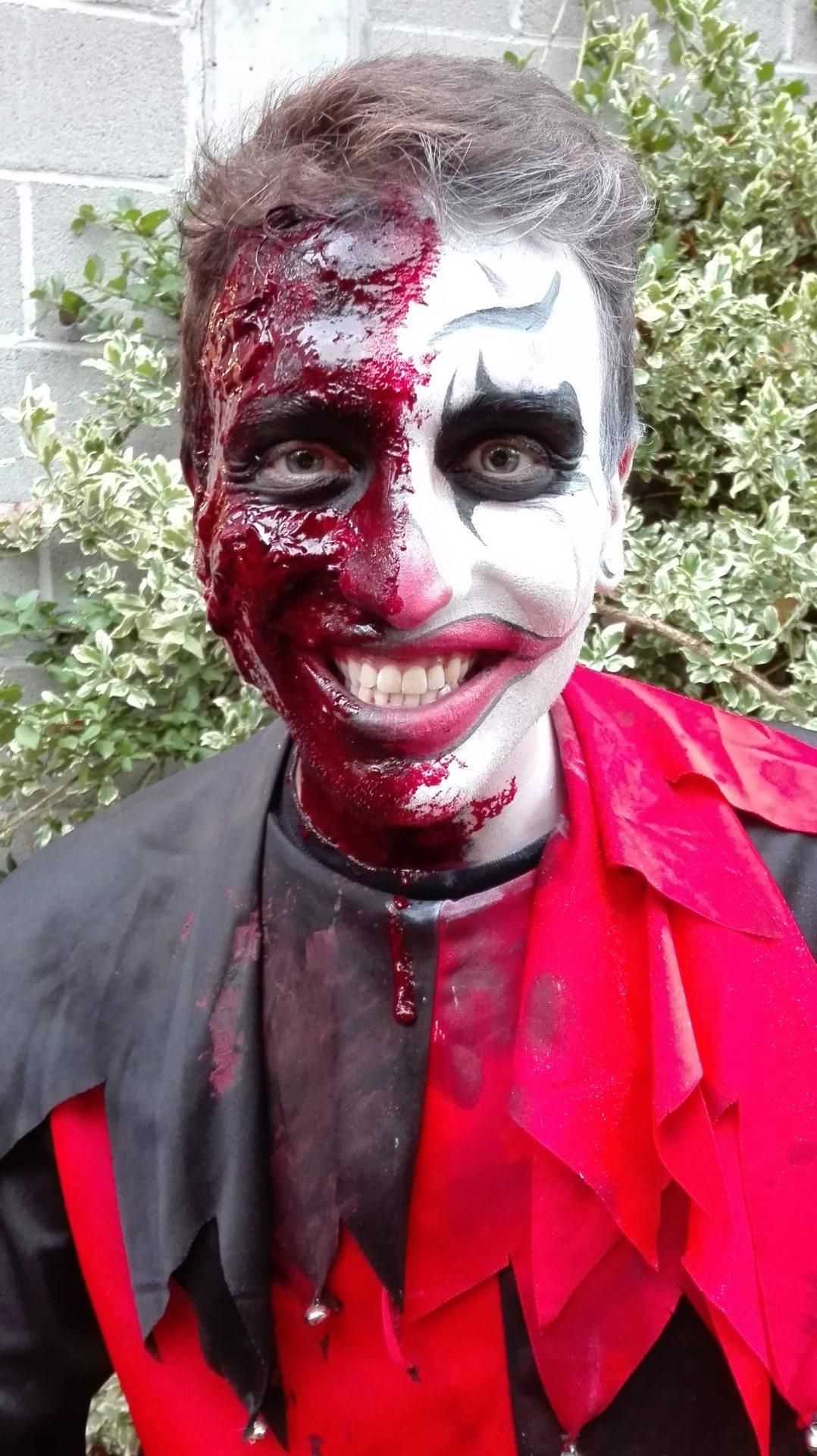 Maquillage de clown pour Halloween réalisé au fard à l'eau et au latex