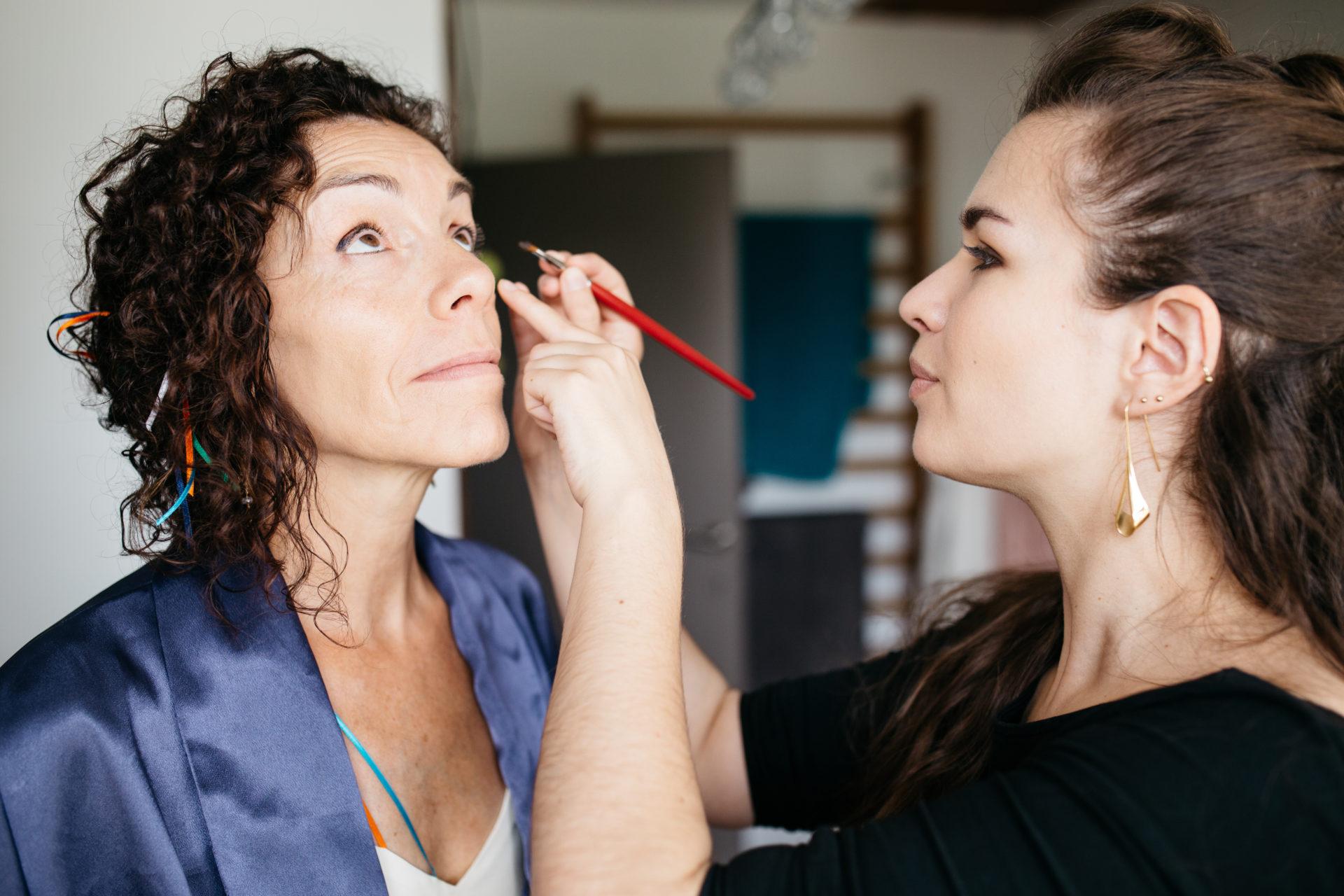 Maquilleuse professionnelle pou maquillage de la mariée à domicilie